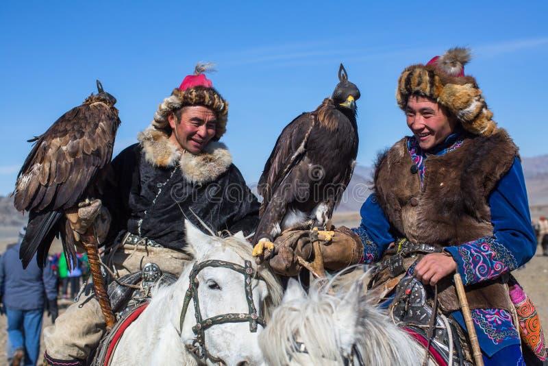 哈萨克人老鹰猎人传统衣物,有的鹫在与鸟的每年全国竞争时 库存照片