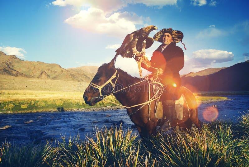 哈萨克人训练了老鹰骑马Olgei蒙古概念 免版税库存照片
