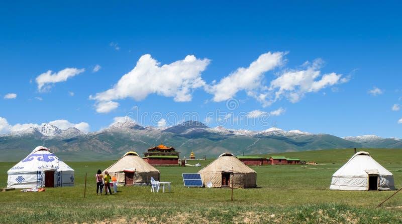 哈萨克人yurt阵营在新疆,中国草甸  免版税库存图片
