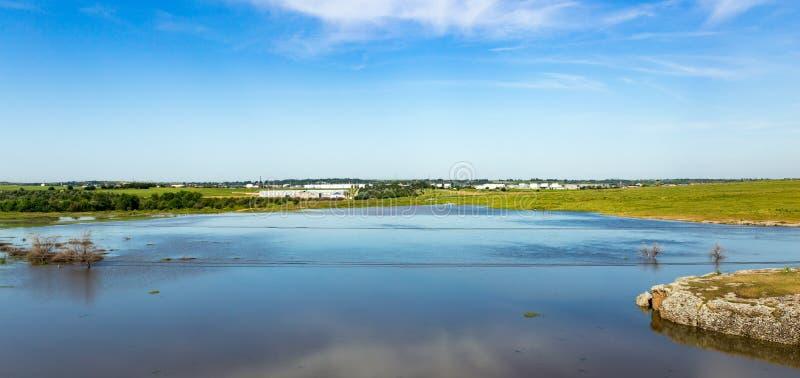 哈萨克斯坦干草原的一个湖在春天 库存照片