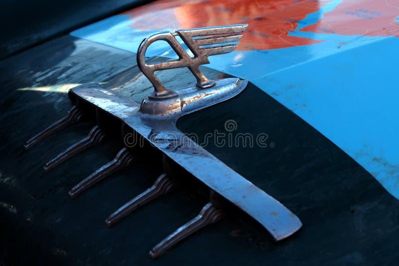 哈萨克斯坦,库斯塔奈,19-06-19,召集北京到巴黎 奥斯汀葡萄酒与翼的汽车象征 a敞篷的零件的特写镜头  库存图片