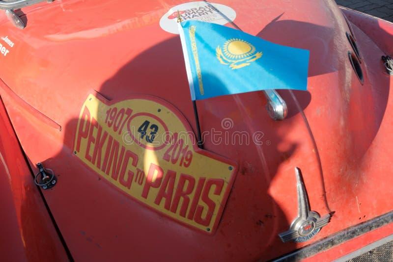 哈萨克斯坦,库斯塔奈,19-06-19,召集北京到巴黎 葡萄酒汽车莫里斯的象征 前面部分的特写镜头的减速火箭 免版税库存照片