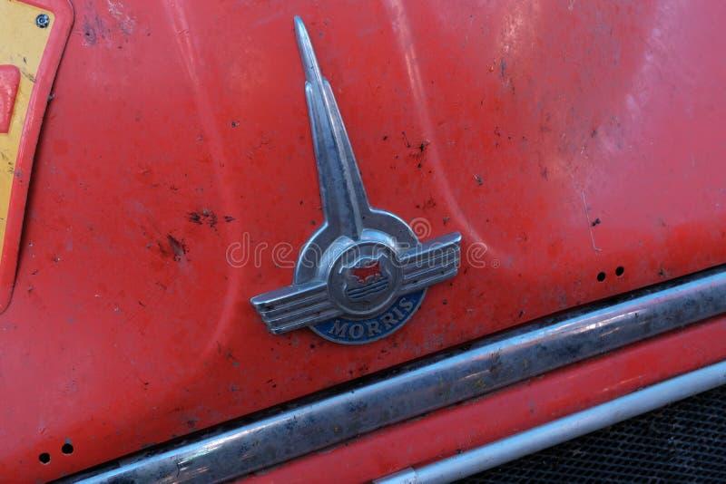 哈萨克斯坦,库斯塔奈,19-06-19,召集北京到巴黎 葡萄酒汽车莫里斯的象征 一辆红色减速火箭的汽车的特写镜头前面 ? 免版税库存照片