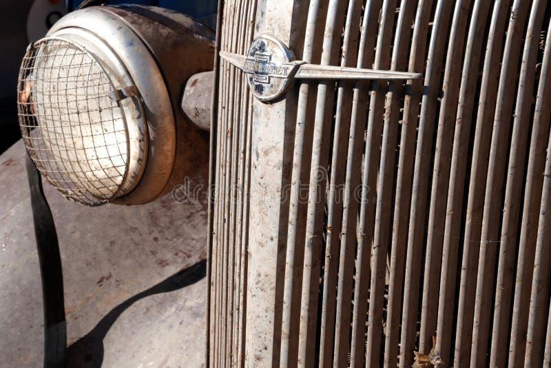 哈萨克斯坦,库斯塔奈,19-06-19,召集北京到巴黎 葡萄酒汽车薛佛列的象征在格栅和正确的车灯的 免版税图库摄影
