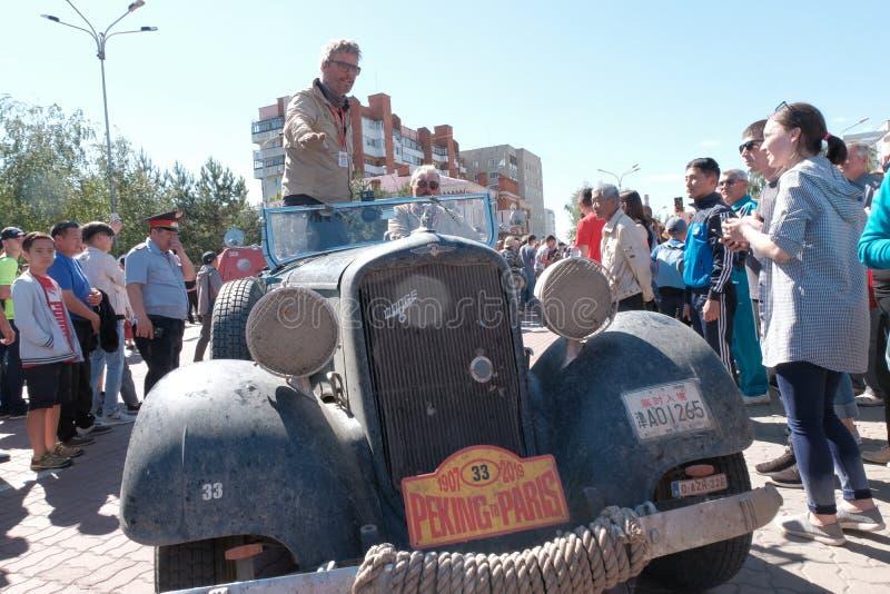 哈萨克斯坦,库斯塔奈,19-06-19,城市的居民遇见了参加者召集和葡萄酒在街道上的汽车推托 最伟大 免版税库存图片