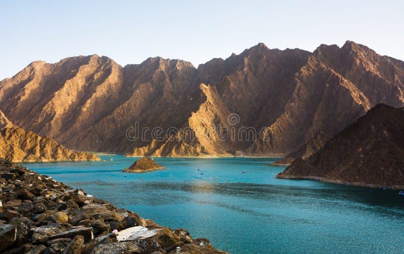 哈达Dam湖风景在东迪拜,阿拉伯联合酋长国 免版税库存照片