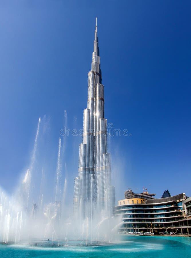 哈里发塔摩天大楼和喷泉在迪拜 免版税库存图片