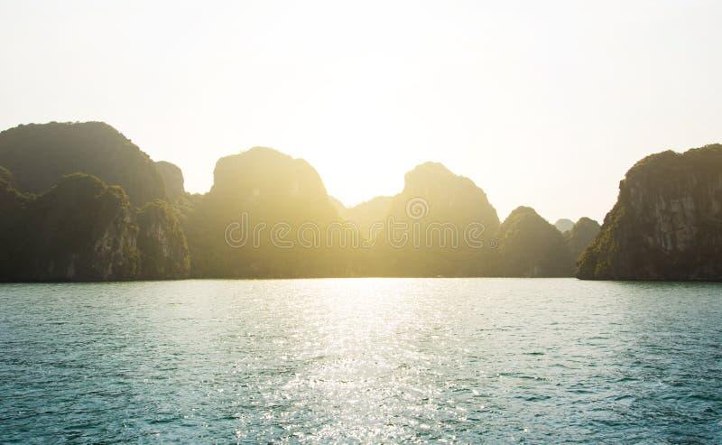 从哈隆海湾巡航的日落视图在越南 图库摄影