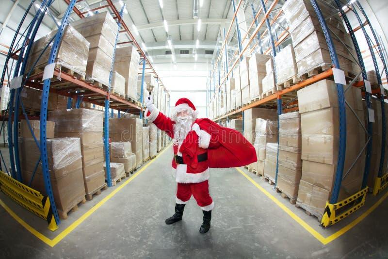 响铃克劳斯敲响的大袋圣诞老人 免版税库存图片