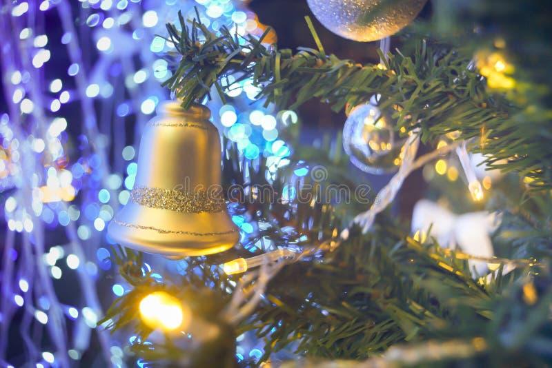 响铃和球在假杉木圣诞树垂悬 库存照片