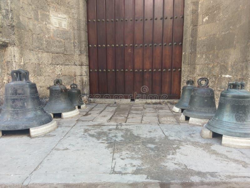 响铃,教堂钟,地板,地板,编钟,响铃,锣,响铃棚,钟架,牛奶罐头 库存照片