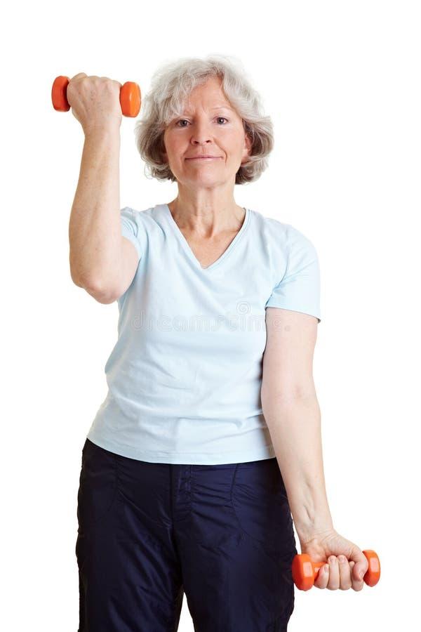 哑铃年长坚强的妇女 免版税库存图片