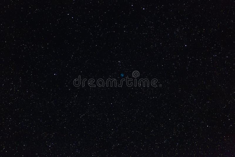 哑铃星云和外层空间星在夜空的 免版税库存照片
