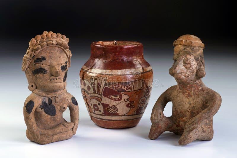 哥伦布发现美洲大陆以前瓦器和黏土战士。 免版税库存照片