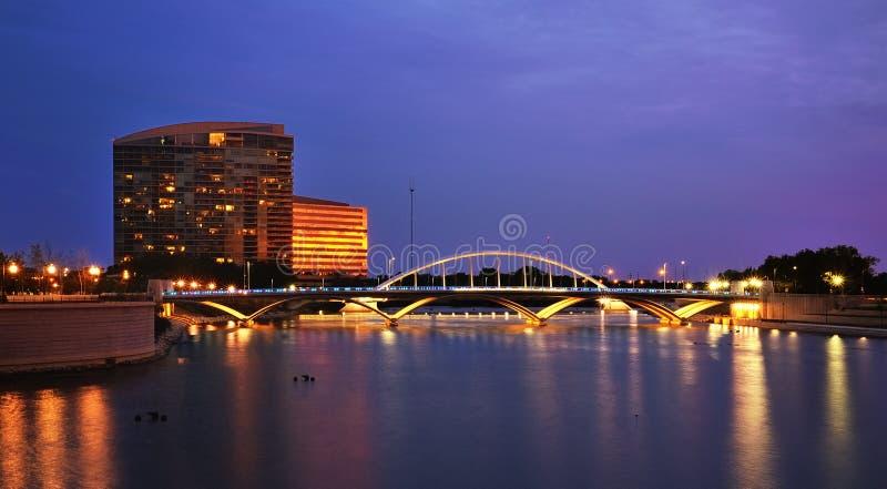 哥伦布城镇St.桥梁在晚上 库存照片