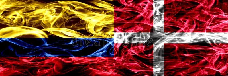 哥伦比亚对丹麦,肩并肩被安置的丹麦烟旗子 哥伦比亚和丹麦的厚实的色的柔滑的烟旗子,丹麦语 向量例证