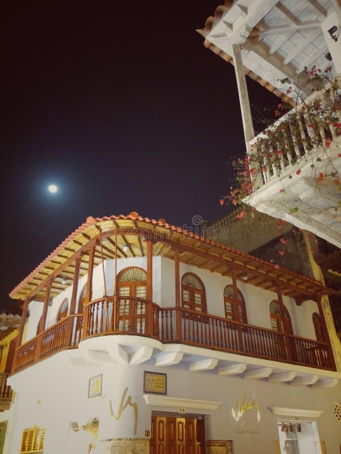 哥伦比亚的殖民地建筑学在有详细的阳台的卡塔赫钠哥伦比亚 免版税图库摄影