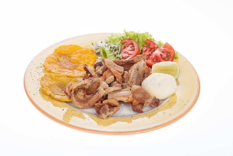 哥伦比亚的食物、沙拉陪同的油煎的chicharron, patacon和arepa 免版税库存图片
