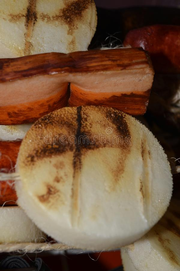 哥伦比亚的食物:Arepa和加调料的口利左香肠 库存照片