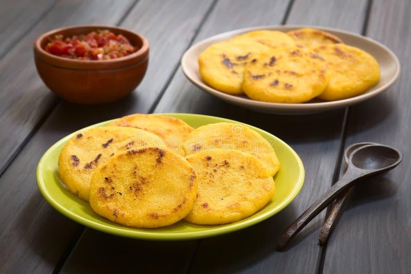 哥伦比亚的Arepa用Hogao调味汁 库存图片