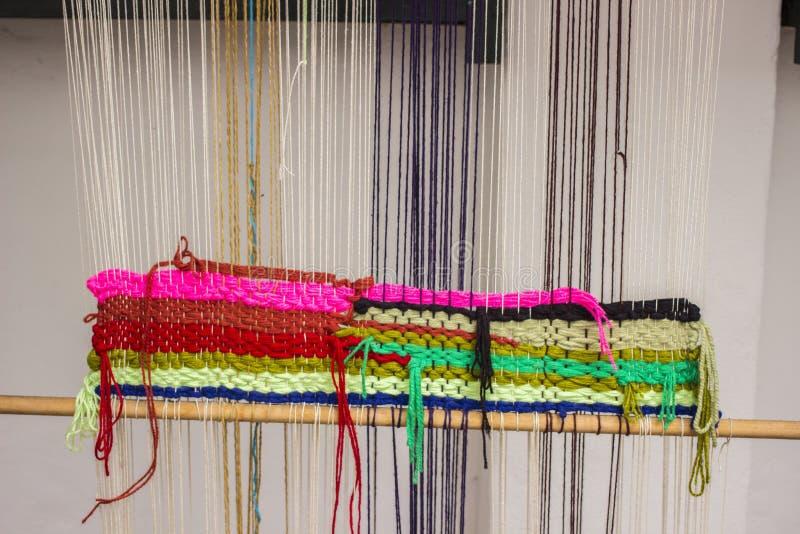 哥伦比亚织布机宏观照片螺纹细节 免版税库存图片