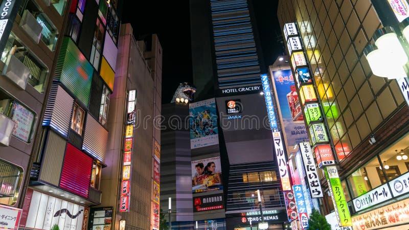 哥斯拉连接点是一个著名地方在有娱乐、酒吧和餐馆区域的,东京,日本新宿东京 库存照片