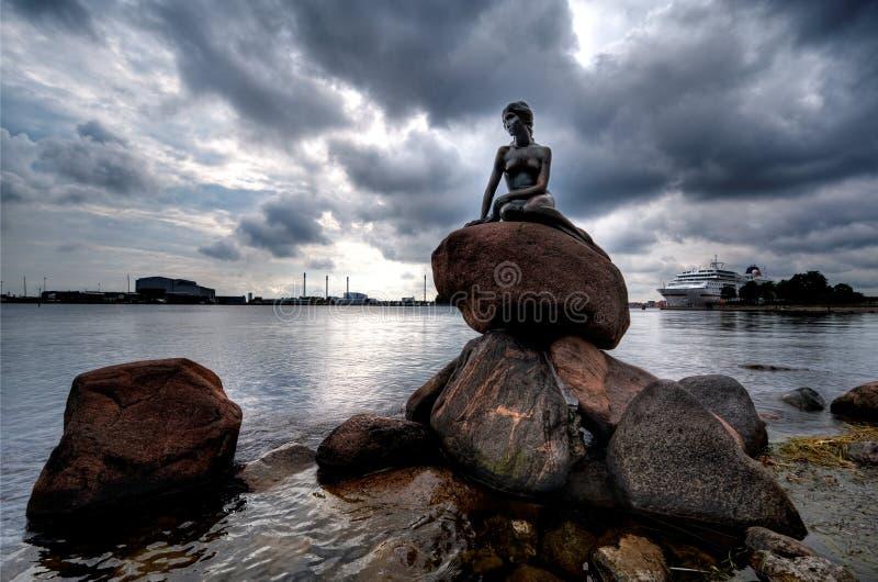哥本哈根小的美人鱼雕象 库存照片