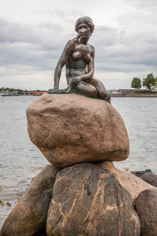 哥本哈根小的美人鱼雕象 免版税库存照片