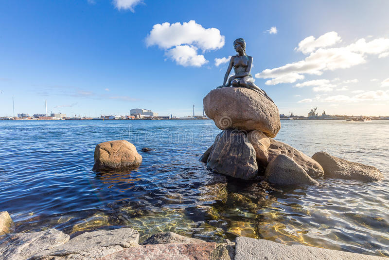 哥本哈根小的美人鱼雕象 免版税库存图片