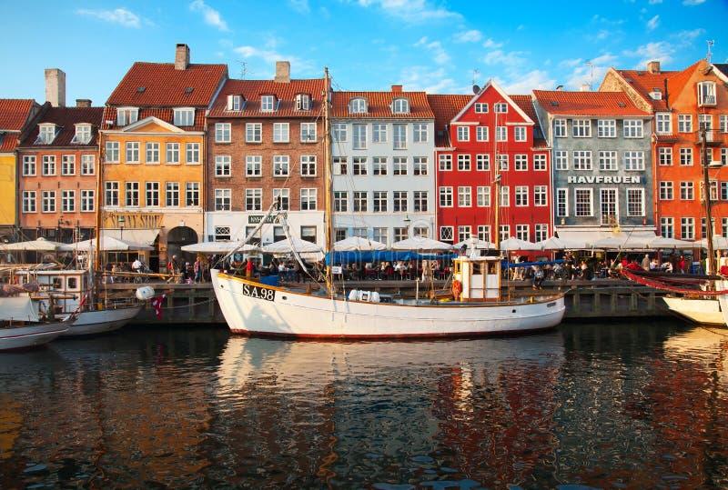 哥本哈根日地区晴朗nyhavn的夏天 图库摄影
