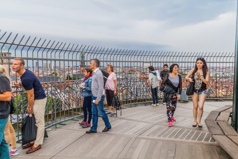 哥本哈根,丹麦- 2016年8月28日:圆的塔观察台的人们在哥本哈根,Denma 免版税库存照片