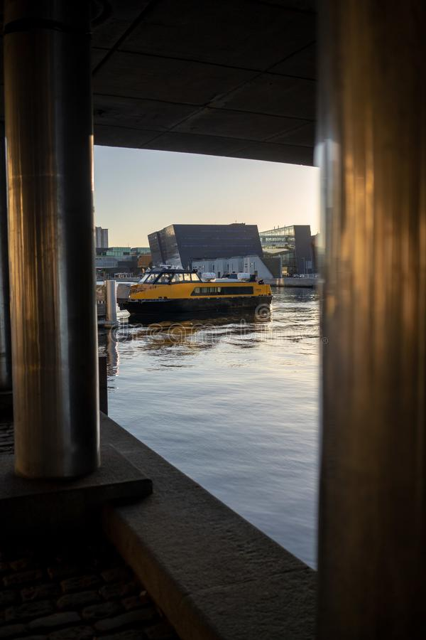 哥本哈根,丹麦- 2019年4月1日:黄色公交小船公共汽车在哥本哈根在好日子 库存照片