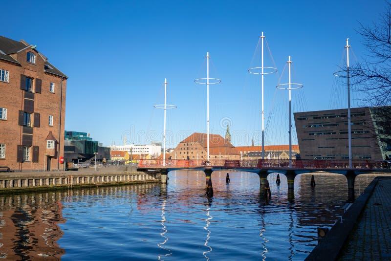 哥本哈根,丹麦- 2019年4月1日:Cirkelbroen桥梁在哥本哈根在好日子,与天空蔚蓝 免版税库存图片