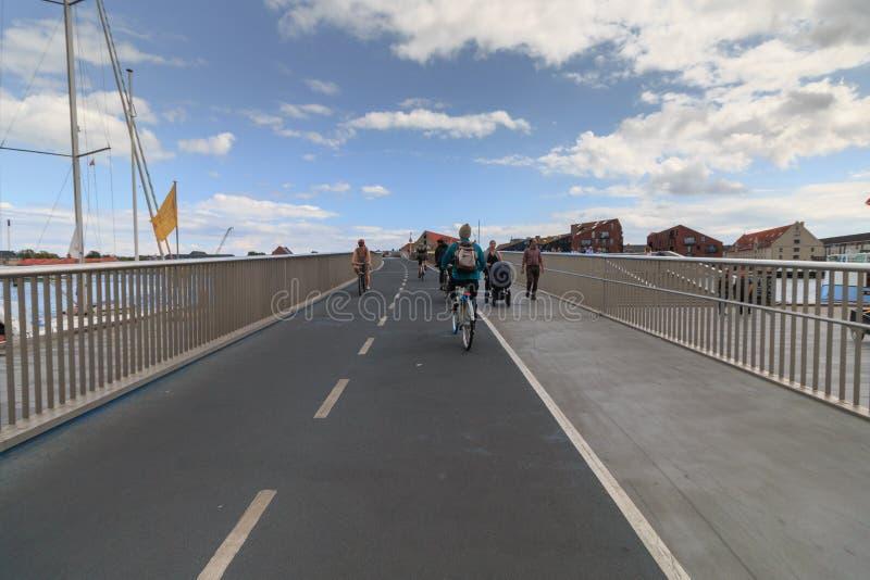 哥本哈根,西兰丹麦- 2019年7月21日:推进trouth Inderhavnsbroen桥梁在哥本哈根,丹麦 图库摄影