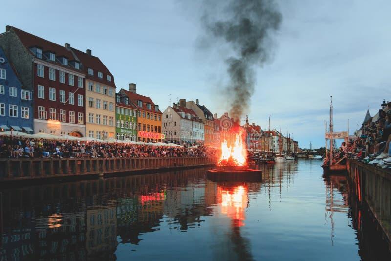 哥本哈根,西兰丹麦- 2019年6月23日:烧篝火的巫婆Nyhavn运河中部在Sankthans期间 免版税图库摄影