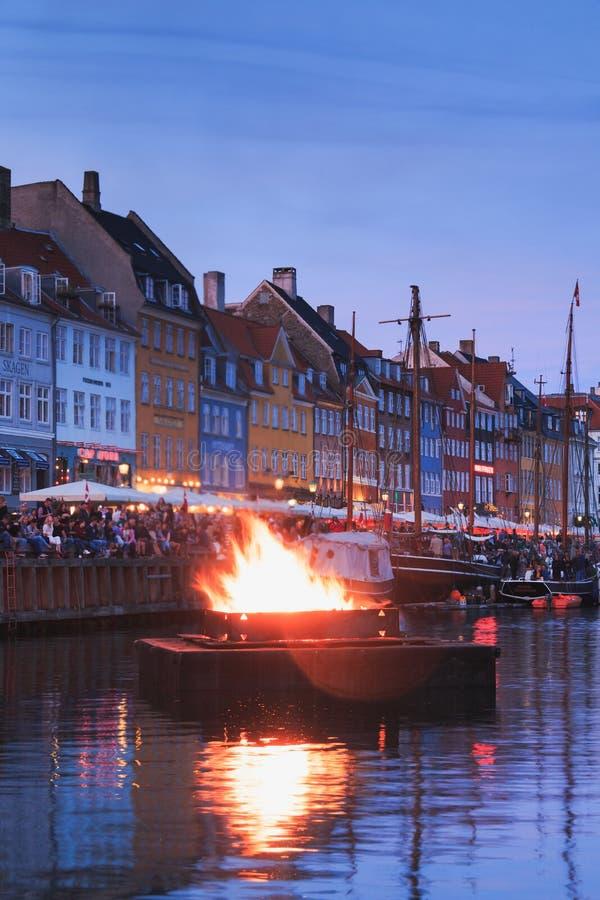 哥本哈根,西兰丹麦- 2019年6月23日:烧篝火的巫婆Nyhavn运河中部在Sankthans期间 免版税库存照片