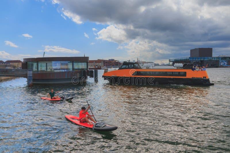 哥本哈根,西兰丹麦- 2019年7月21日:黄色公交小船公共汽车在准时白天的哥本哈根 免版税图库摄影