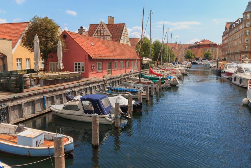 哥本哈根,西兰丹麦- 2019年7月21日:Christianshavn运河在哥本哈根,夏季的丹麦 库存照片