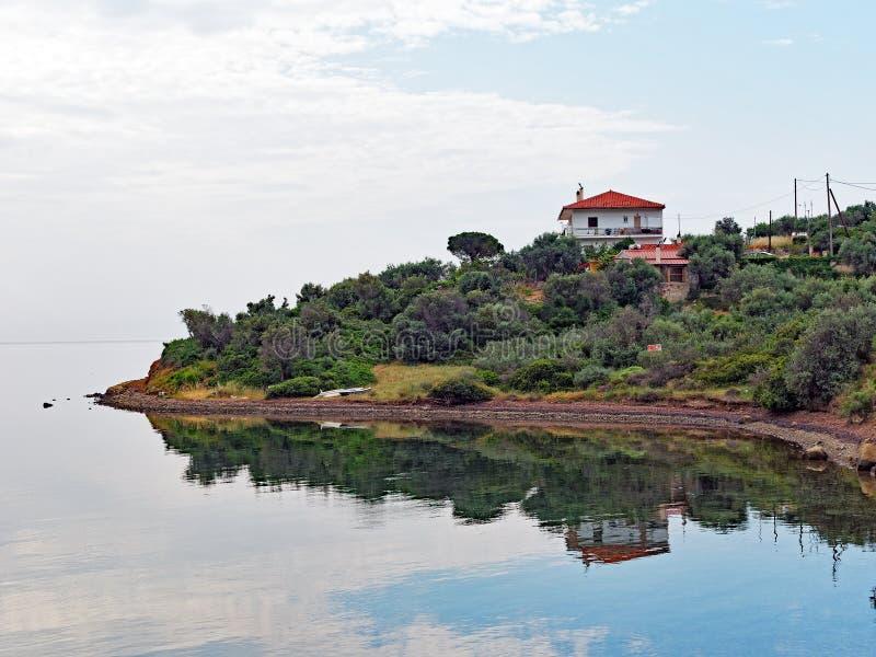哥林斯人海湾渔村在寂静的海水反射了 图库摄影