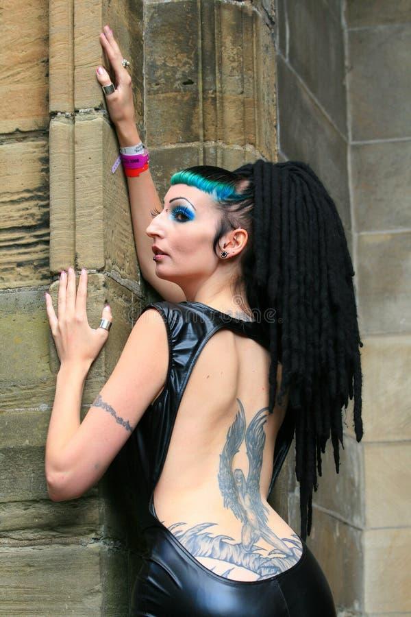 哥特式回到的女孩她的纹身花刺 免版税图库摄影