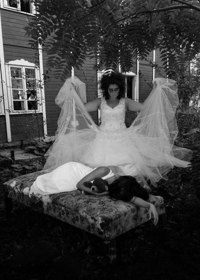 哥特式场面的两个女孩 图库摄影