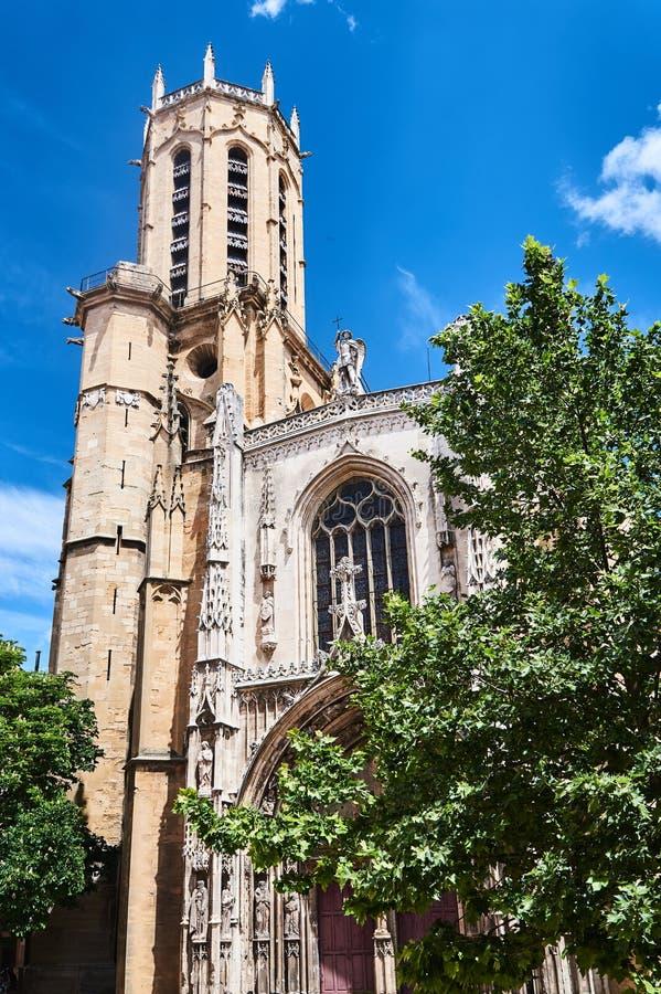 哥特式大教堂的门户和钟楼 免版税库存照片