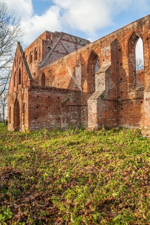 哥特式教会废墟从红砖的 免版税库存照片