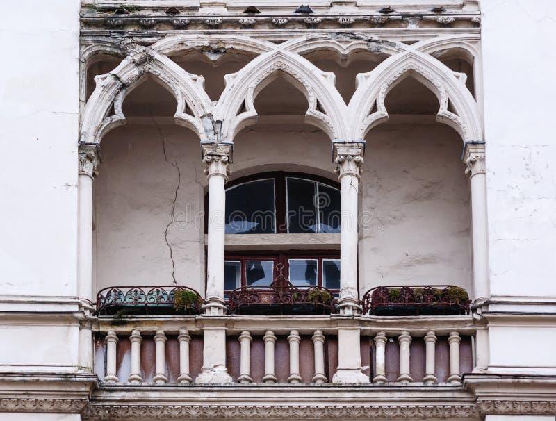 哥特式样式的古色古香的阳台在大厦门面 免版税图库摄影