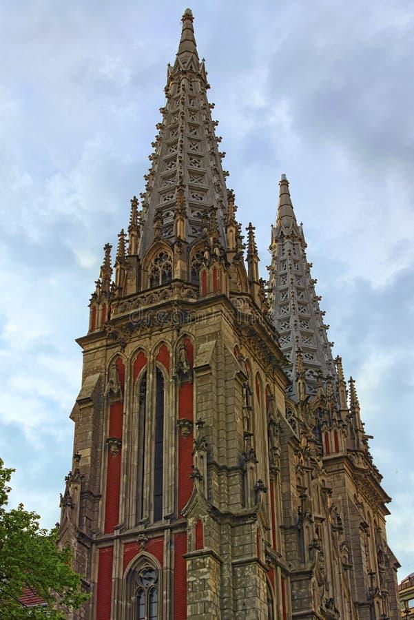 哥特式样式的概念在建筑学的 圣尼古拉斯天主教大教堂两个塔的惊人装饰  库存照片
