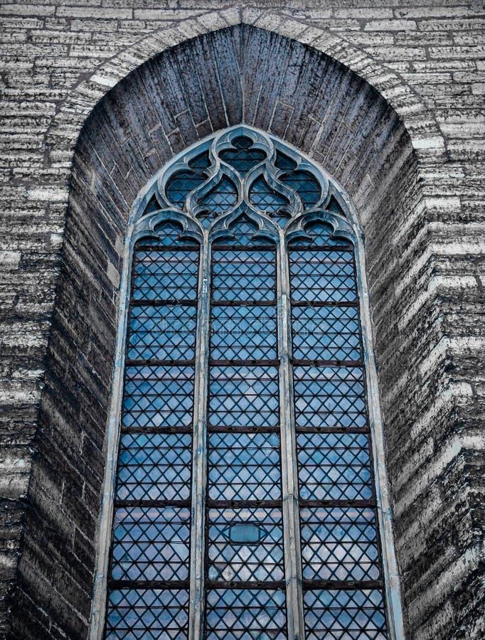 哥特式样式窗口在中世纪教会里 免版税库存图片