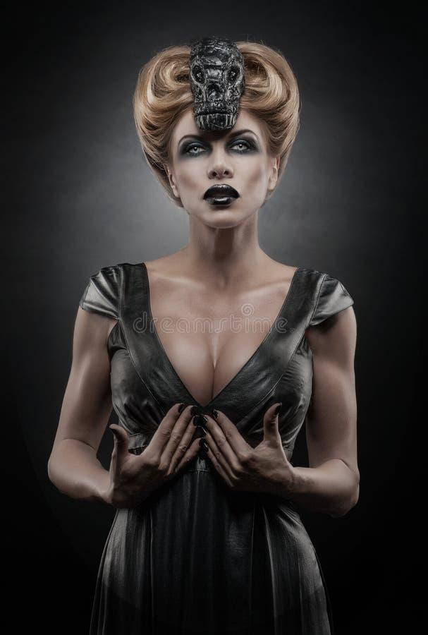 哥特式白肤金发的吸血鬼妇女 库存图片
