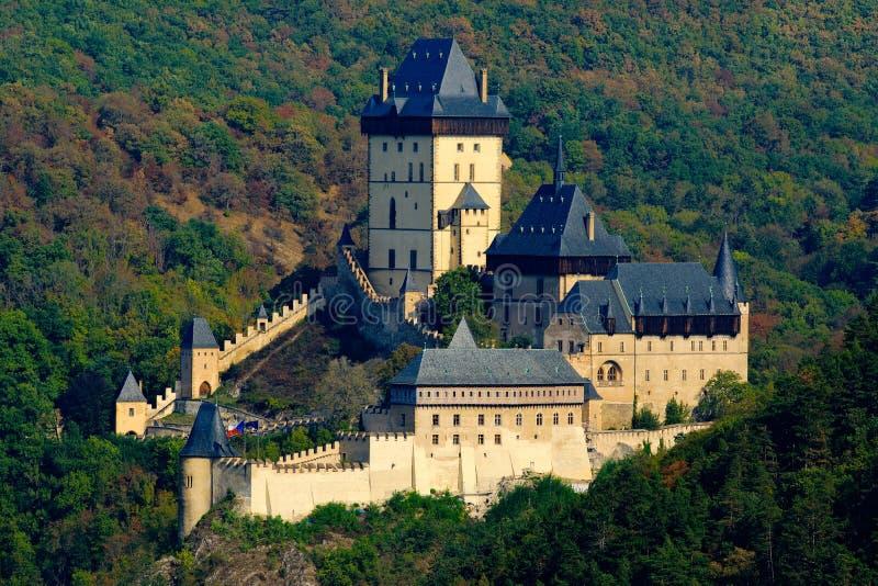 哥特式皇家城堡Karlstejn在秋天期间的绿色森林里,中波希米亚州,捷克共和国,欧洲 状态世袭的社会等级在森林C里 库存照片