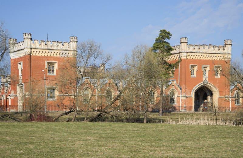 哥特式皇家槽枥大厦在春日 Petrodvorets 免版税库存照片