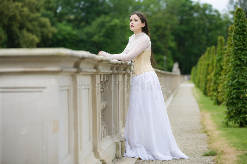 哥特式礼服的美丽的妇女 免版税图库摄影